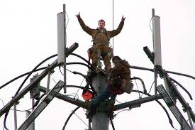 worker-on-cell-tower